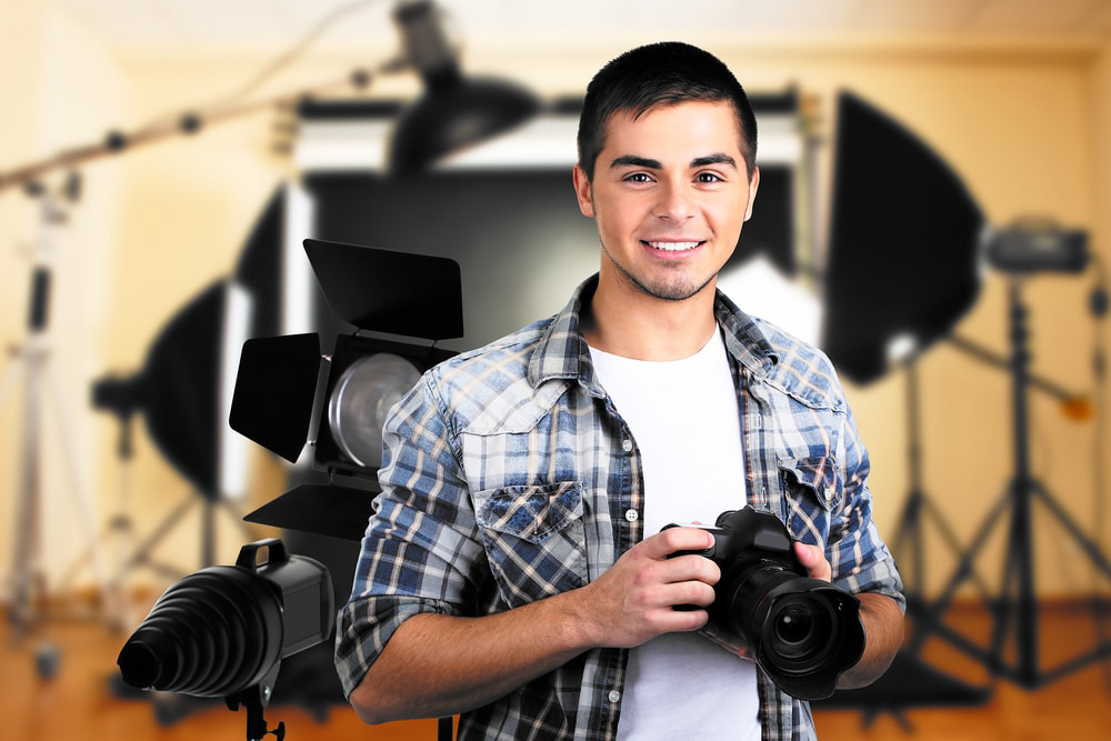 Réaliser une vidéo face caméra est une technique de vidéo très répandue qui utilise des astuces pour captiver l'audience et dynamiser l'aspect général.
